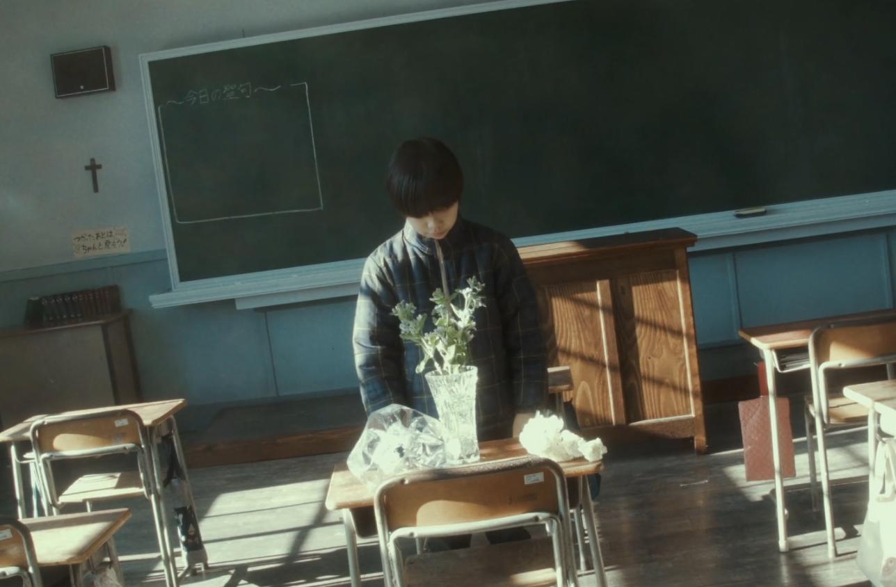 花を飾るユラ