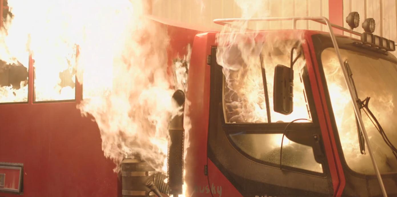 トラックが爆発
